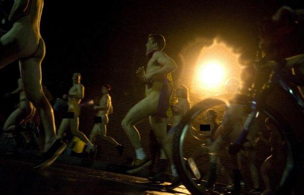 Des centaines d'étudiants de l'université du Vermont (USA) courent nus dans  le campus