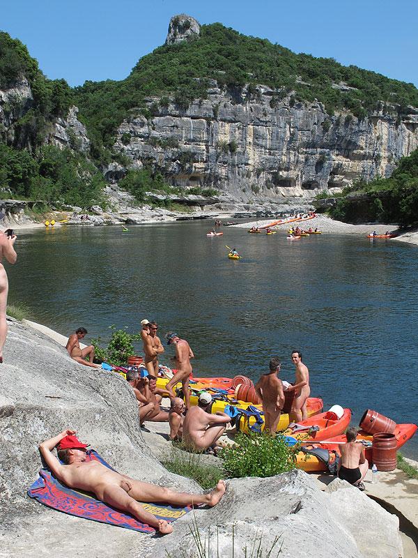 Descente des naturistes en canoe dans les gorges de l'ardeche – edition 2012