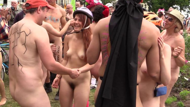 2015 World Naked Bike Ride Brighton 2eme arret partie 5 de 7