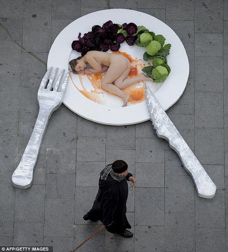 Pour protester une Femme est nue dans une assiette à Barcelone