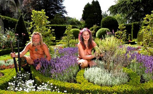 Les Jardiniers Nus des Jardins de l'Abbaye de Malmesbury en Angleterre