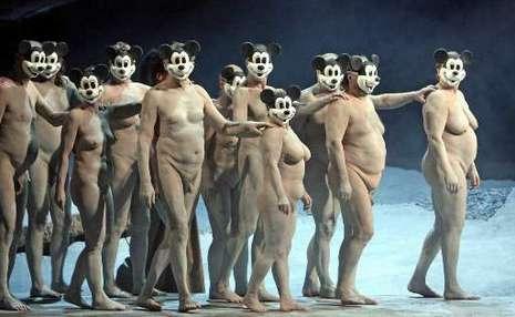 Des figurants nus dans un opéra de Verdi