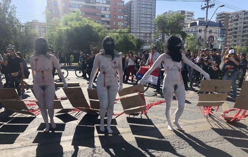 Un groupe de chiliens se dénude devant le commissariat