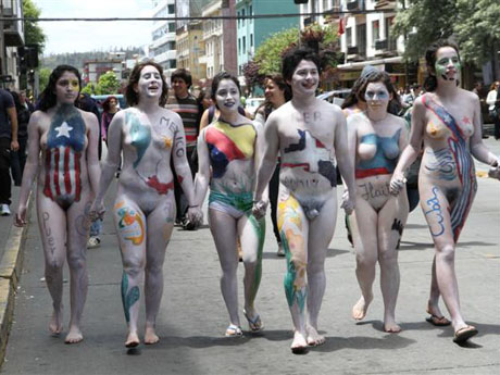 Des étudiants marchent nus en centre ville
