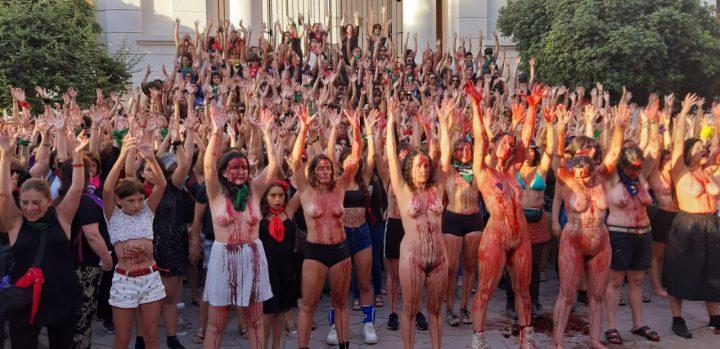 Des femmes manifestent nues contre le viol