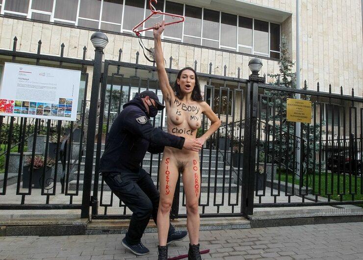 Une militante Femen nue contre les lois sur l'avortement