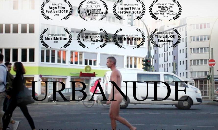 Michalis marche nu dans les rues de Berlin