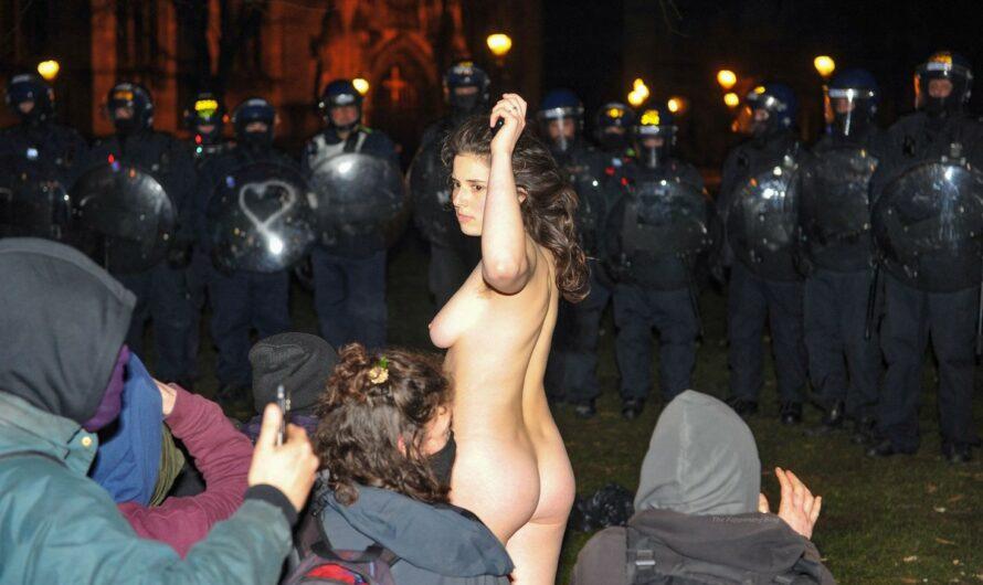 Une manifestante se met nue pour affronter la police à Bristol (UK)