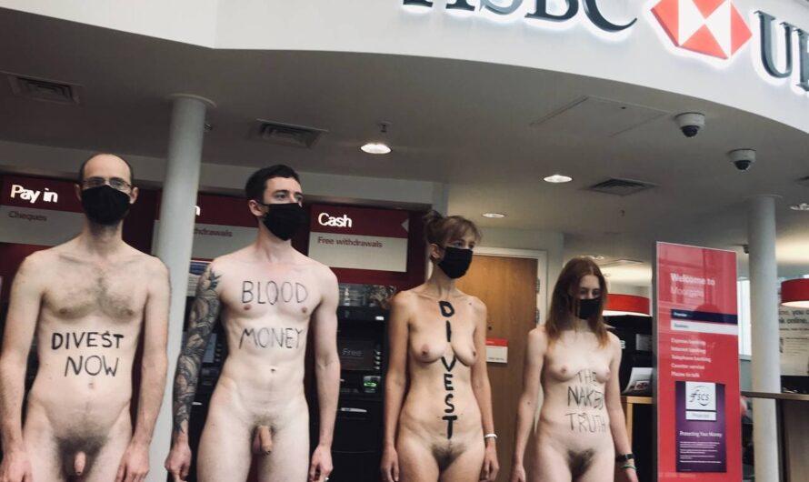 Des manifestants d'Extinction Rebellion nus devant HSBC et Barclays