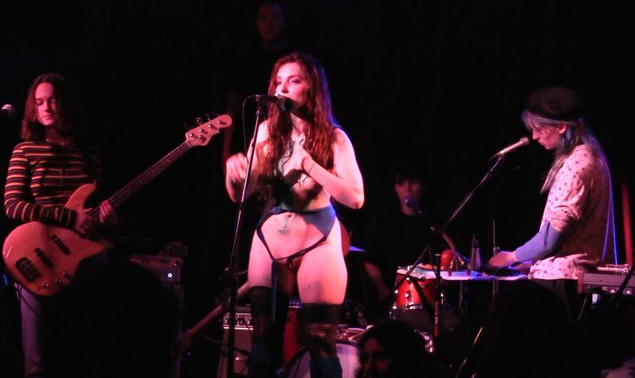 La chanteuse nue sur scène ? à paris novembre 2021