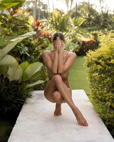 nude-yoga-girl-021