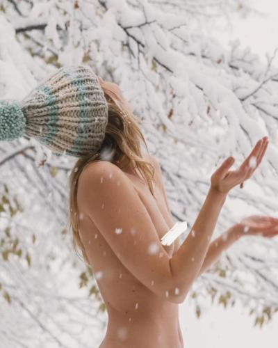 nude-yoga-girl-snow-003