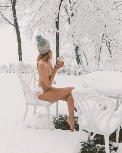 nude-yoga-girl-snow-004