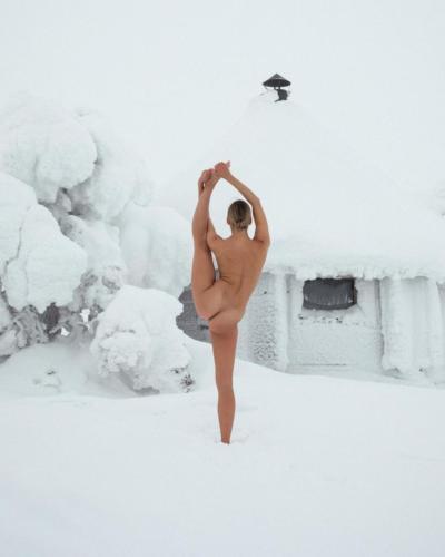 nude-yoga-girl-snow-007