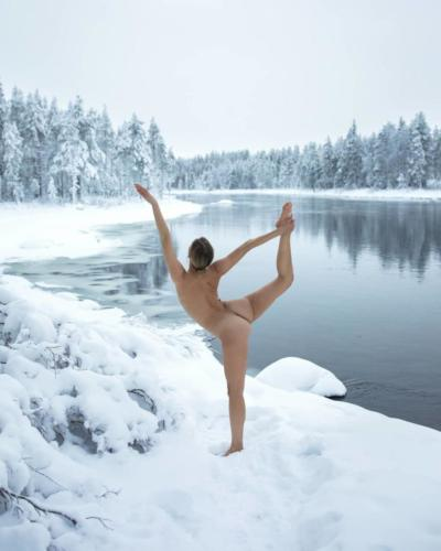 nude-yoga-girl-snow-008