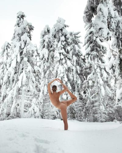 nude-yoga-girl-snow-011