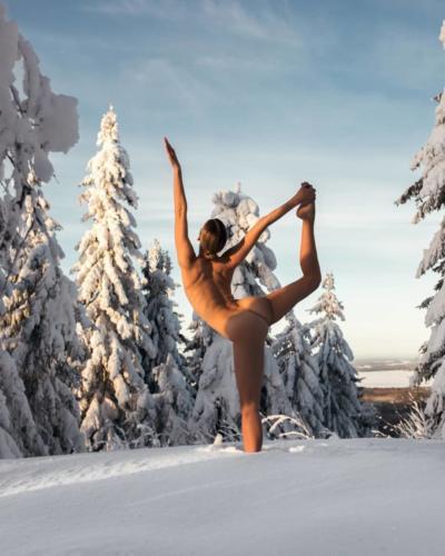 nude-yoga-girl-snow-014